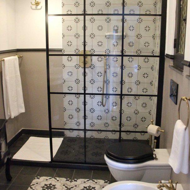 Salle de bain baroque en noir et blanc