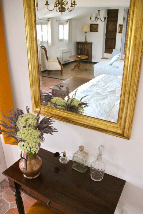 Miroir doré et flacons de parfum