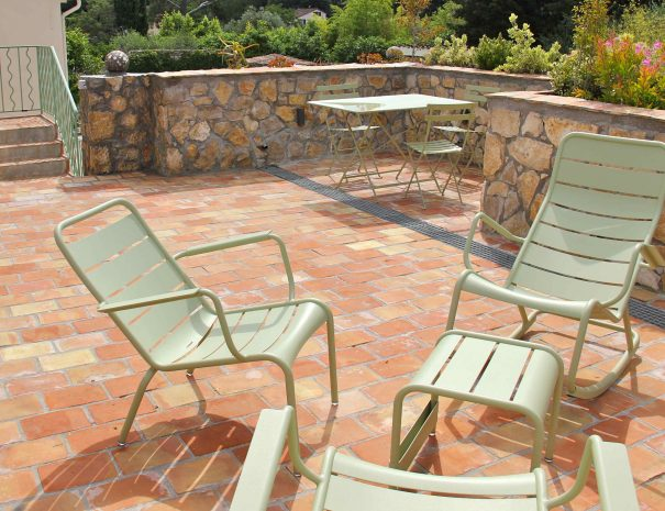Toit terrasse avec parefeuilles en terre cuite anciens et vue sur jardin