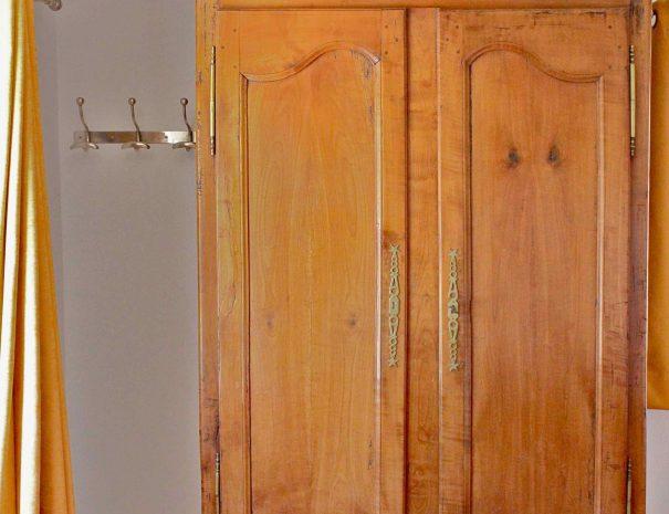 Armoire ancienne dans chambre d'hôtes