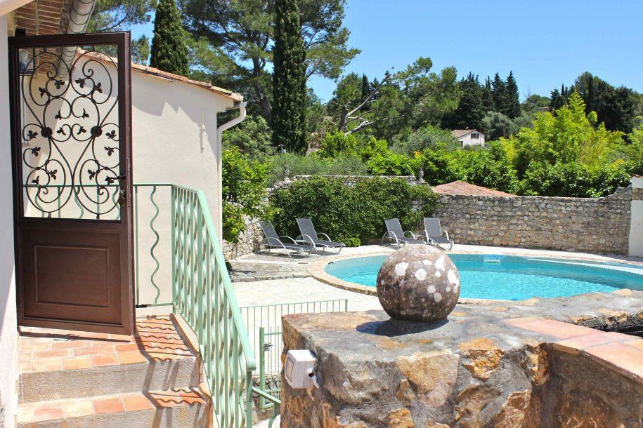 Vue sur la piscine depuis la terrasse de la chambre d'hôtes La Demeure