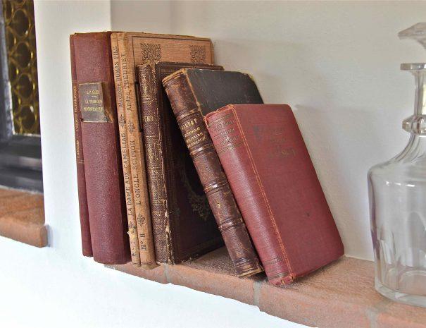 Livres anciens dans la chambre d'hôtes La Demeure