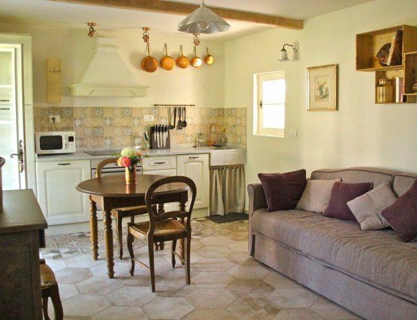 Cuisine et salle à manger de la chambre d'hôtes Le Chai
