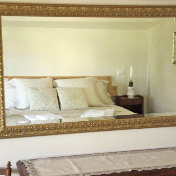 Miroir ancien de la chambre d'hôtes Le Chai