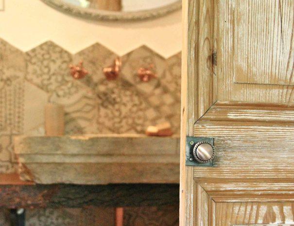 Porte ancienne de la salle de bain de la chambre d'hôtes Le Chai