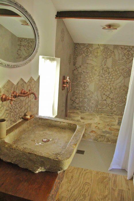Douche et lavabo en pierre de la chambre d'hôtes Le Chai