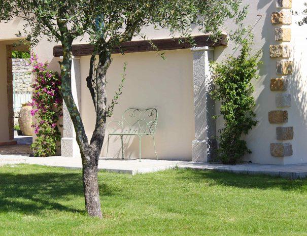 Maison d'hôtes banc Fermob et oliviers