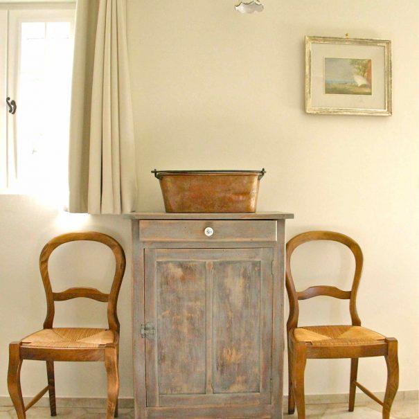 Chambre d'hôtes Le Chai - meuble ancien du salon