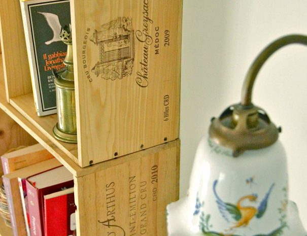 Chambre d'hôtes Le Chai - étagères en caisses de vin
