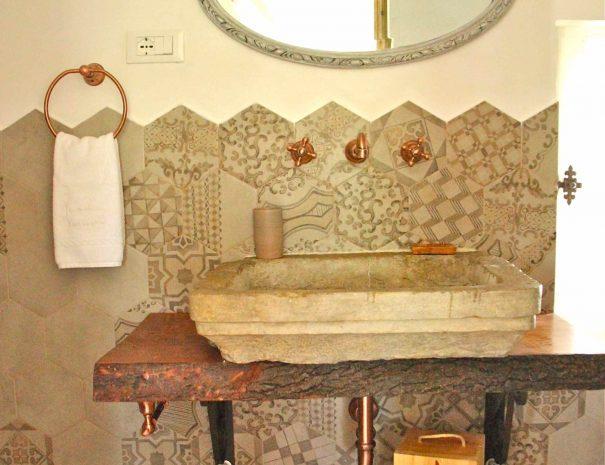 Chambre d'hôtes Le Chai - lavabo en pierre de la salle de bain
