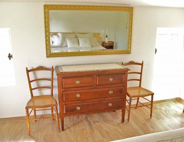 Chambre d'hôtes Le Chai - commode et miroir ancien