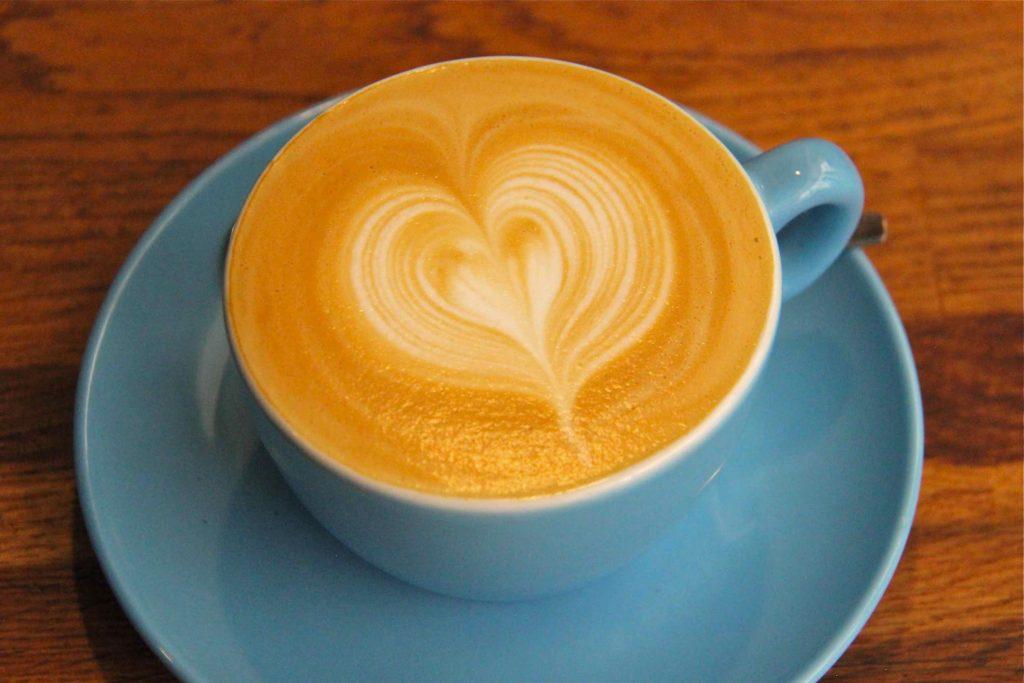 Coeur dans cappuccino latte art