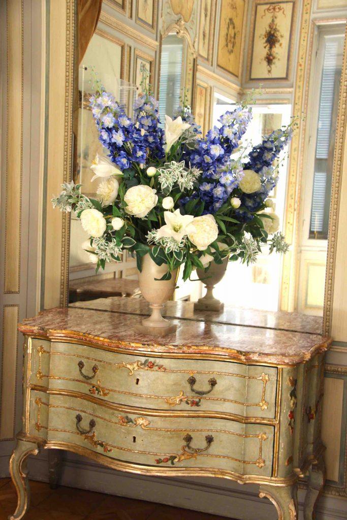Fleurs et mobilier Louis XVI villa Ephrussi