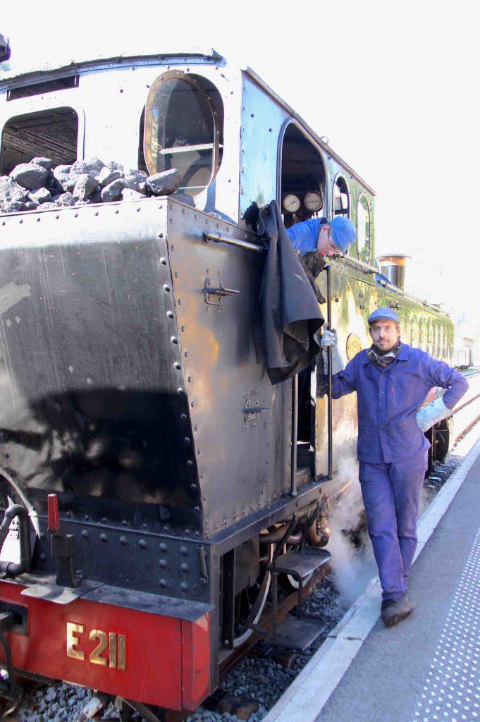 Locomotive à vapeur et chauffeur