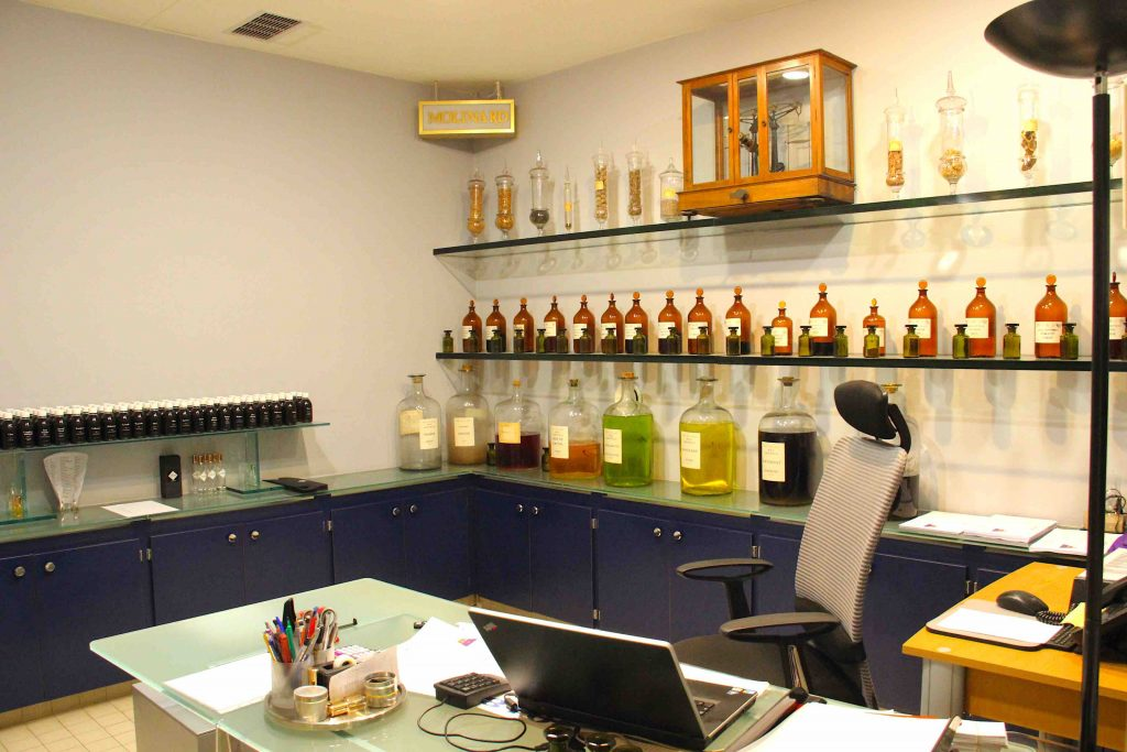 Bureau du parfumeur Molinard