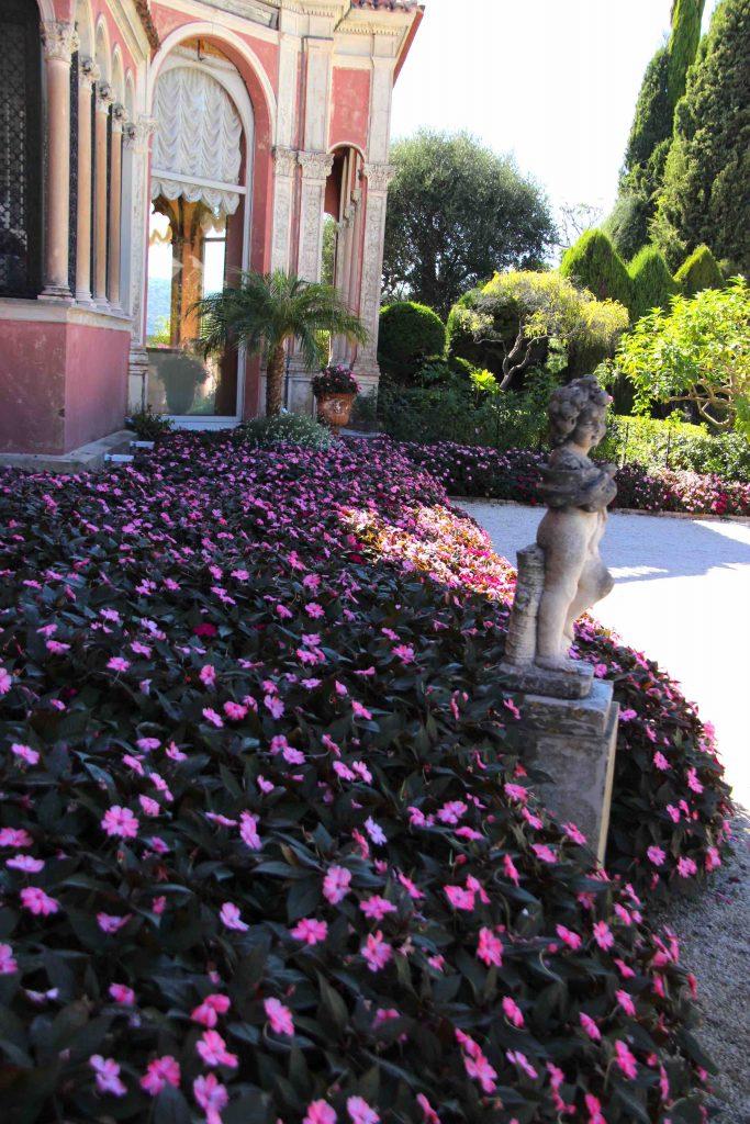 parterre de fleurs à l'entrée de la Villa Ephrussi